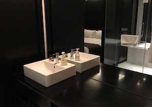 ホテルの部屋にある大きな鏡・洗面台