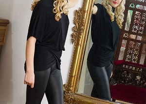 鏡の前で佇む女性