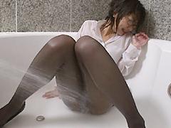 シャワーでびしょ濡れになるパンスト美女