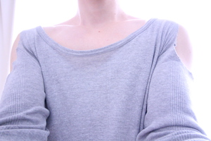 肩が丸見えの自作女装服を着用した写真