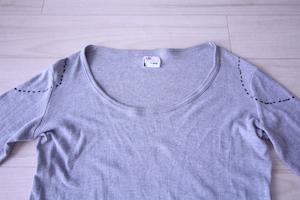 肩口に切り込み線を入れたロングTシャツ