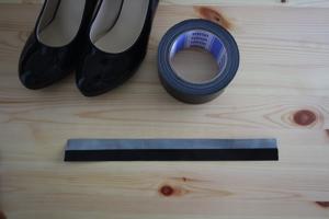 ハイヒールのベルトを黒色ガムテープで
