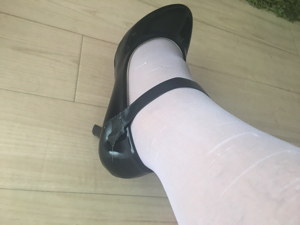 白色のタイツとベルトハイヒールの試着した足