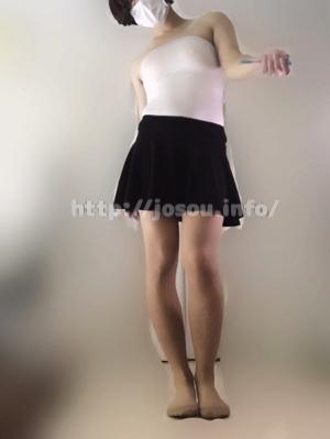 白色のチューブトップとフレアスカートで女装