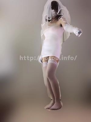 堂々とした男の娘のウェディングドレス姿