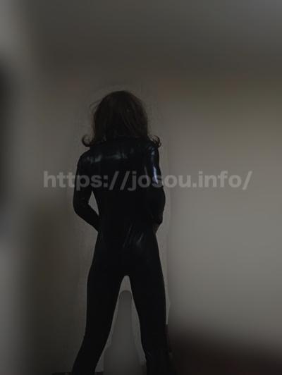 スパイスーツ女装の後ろ姿