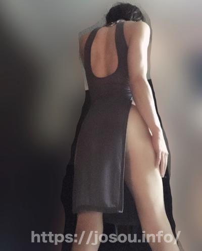 艶めかしい脚長ドレスの後ろ姿