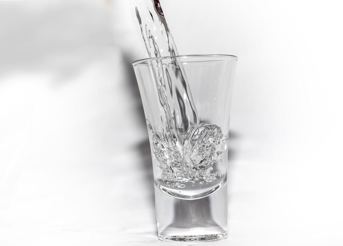 ショットグラスを使って乳首をピンポイントで炭酸漬けにする