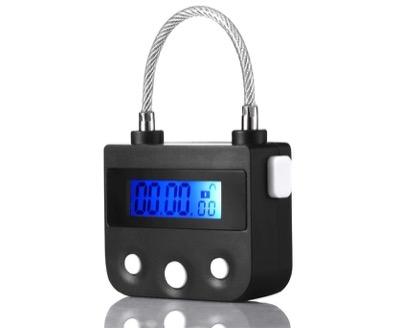 時限式の南京錠を使って鍵を収納ボックスに入れる
